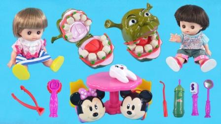咪露妹妹玩牙医过家家玩具,用培乐多黏土给史莱克补牙