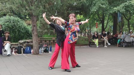 吉特巴《最亲的人》岳云鹏演唱,姐妹俩舞步干净利落