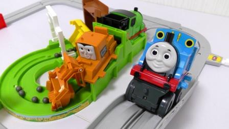 托马斯小火车在轨道上运输货物,托马斯和他的朋友们
