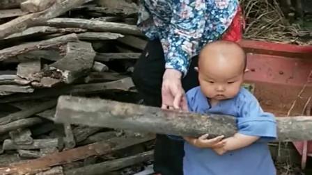 儿子一去湖南姥姥家,就被抓去干活,才一岁半的宝宝表示太难了!