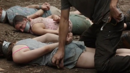 情侣在野外遭变态狂绑架,男友为保住贱命,做出了令人不齿的选择