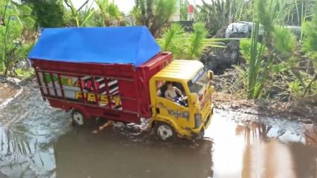 彩色工程卡车玩具运输货物通过拱桥