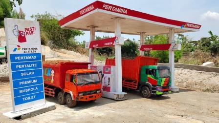 遥控大卡车玩具运输沙土来到加油站