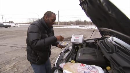 美国抠门男子,利用发动机余温来做饭,把卫生纸锁柜子里