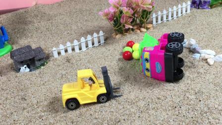 工程车故事:翻斗车翻车,叉车帮忙呼叫了小伙伴