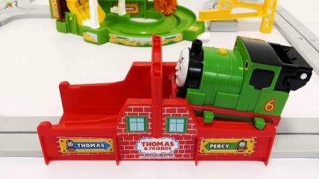 组装轨道货站,托马斯小火车和装载车运输钢珠玩游戏