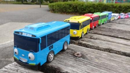 20款小巴士玩具来到车库玩圆形轨道滑梯