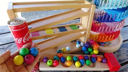 彩色木球通过螺旋跑道和七彩树玩具