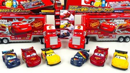 展示赛车总动员的麦大叔和闪电麦昆玩具