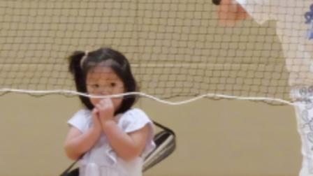 王祖蓝夫妇带女儿打羽毛球,李亚男身材纤细长腿吸睛,不似孩子妈