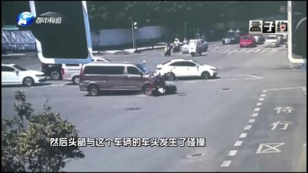 轿车撞飞电动车,车主当场身亡,这样佩戴头盔,形同虚设!