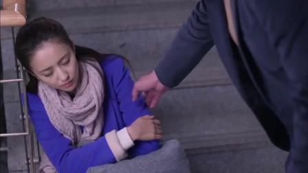 女孩回家忘带钥匙,在楼梯睡觉遇见公司领导,两人竟是面对面的邻居!