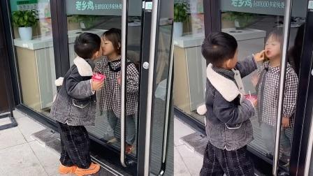 """饭店内""""一见钟情"""",两萌娃隔玻璃深情吻别"""
