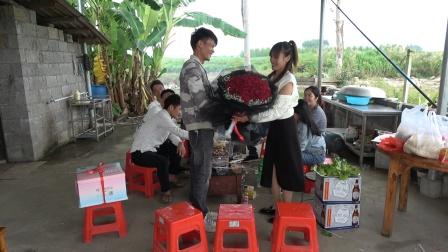 小明第一次给小丫过生日,送上的礼物令全场欢呼,太浪漫了