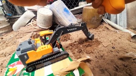 遥控工程车施工,挖掘机空地挖泥土真棒