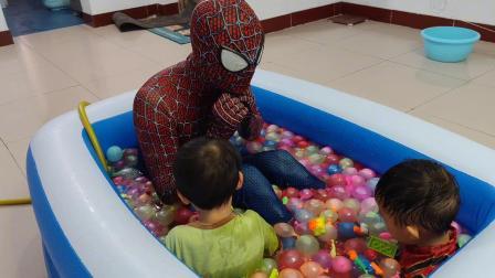 爸爸给宝宝造气球游泳池,宝贝玩的可开心了