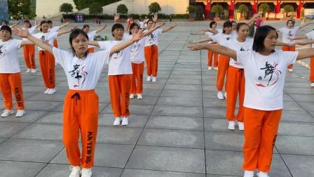 广场上超火的《散步舞》,100人团队齐舞,这舞编得真是绝了!