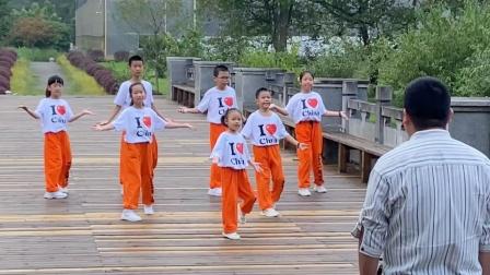 5岁小美女跳鬼步舞红遍全网,电视台都来采访,未来小舞神!