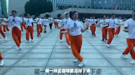 纯爷们c位领跳广场鬼步舞,一点也不比美女们跳得差,高手在民间
