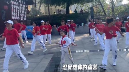 小女孩跟妈妈一起跳广场鬼步舞,大家都说比妈妈跳得还好,你说呢