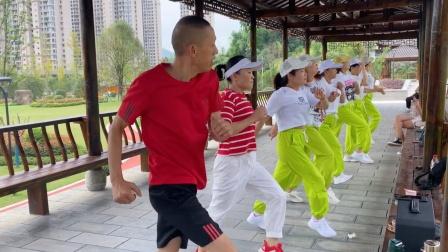 2步舞《奔跑》集体一排跳起来真好看,舞美,人美,音乐美,真棒