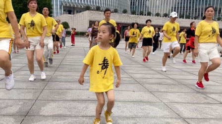 3岁小女孩表演鬼步舞,刚跟爸爸学了2天,广场上秀一段好开心!