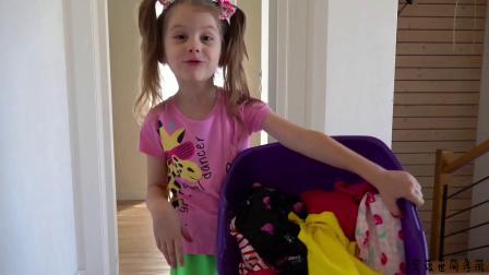 小女孩帮妈妈洗衣服,结果弄的房间都是泡泡