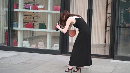 黑色吊带长裙,宽松的风格,搭配黑色尖头细跟凉拖
