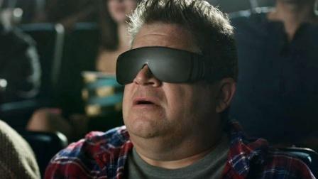 大叔用2D眼镜看3D电影,却发现影院的恐怖秘密,想逃已经太迟