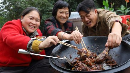 该贴秋膘了,胖妹买只6斤麻鸭,农村大铁锅炖,又香又辣吃过瘾