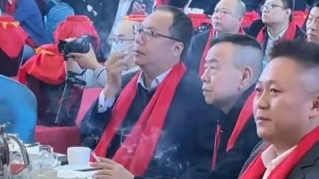 潘长江和商界大佬喝酒 稳坐C位全程无视他人