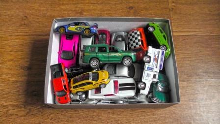 满盒SUV和跑车越野车玩具