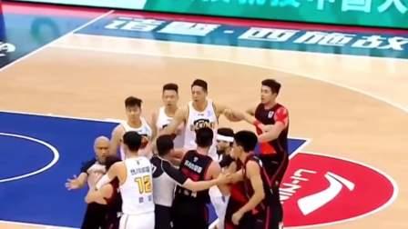 深圳对战苏州比赛中爆发冲突!李楠指导在场边的反应亮了!