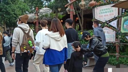 邓超全家现身迪士尼,孙俪为女儿扎头发,7岁小花身高到妈妈胸前