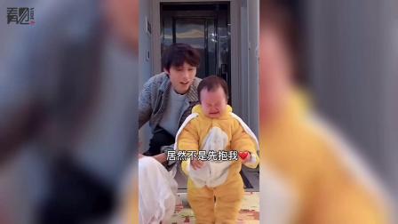 男子回家亲吻老婆当众秀恩爱,1岁宝宝看到疯狂吃醋