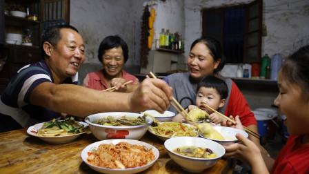 胖妹起早赶集,只因婆婆胃不好,特意做锅肚煲鸡,一家老小吃过瘾