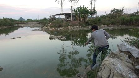 小明和小钟钓鱼比赛,谁输了要出钓费,没想到最后被完虐