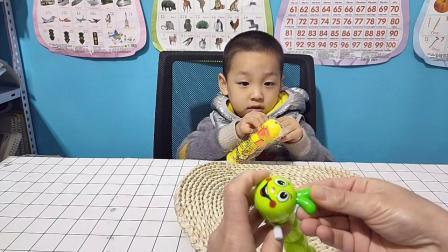 叮叮和妈妈玩上发条的毛毛虫玩具!