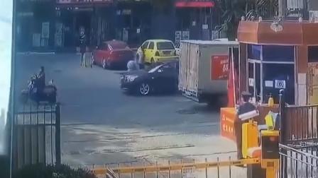 揪心!大人过马路打电话,没留神孩子摔倒被车碾