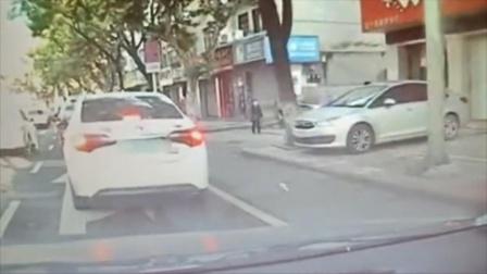 轿车内乘客往外扔瓶子,小哥路过霸气扔回车内,网友:太解气了