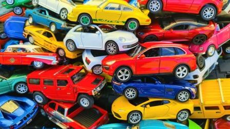 数百辆汽车玩具放在一起展示