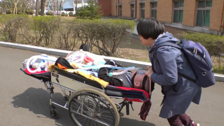 母亲每天用病床推瘫痪儿子上学,17年来没有一天缺课迟到