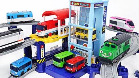 让我们帮助小巴士玩具组装汽车跑道吧!行驶在上面太开心了