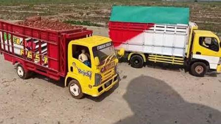 彩色大卡车在工地运土比赛