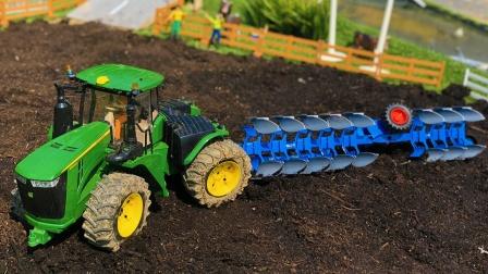 工程车们在农场互相帮助和作业