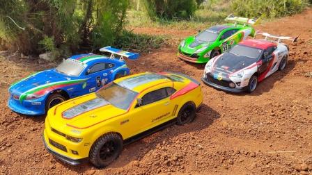 越野车们在泥泞的小路上比赛