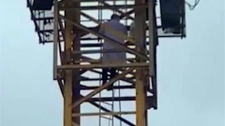 塔吊师傅高空晕倒失联,急救医生无保护措施徒手攀爬塔吊救人!