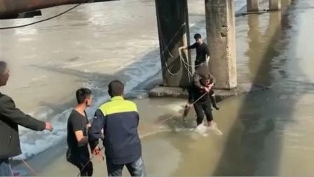 女子桥下洗衣服,水库突然放水将其困住,民警涉水将其背出