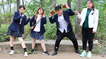 小楠和大宝表演醉拳和铁头功,没想到竟被老师罚站,搞笑