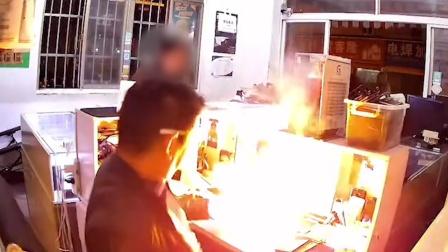 苏州一手机维修店主给苹果6s换电池遇爆燃淡定处理 顾客被吓跑
